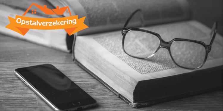 Boek, bril en telefoon voor afbeelding van expertise
