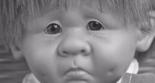 pop die droevig kijkt