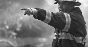 Brandweerman wijzende