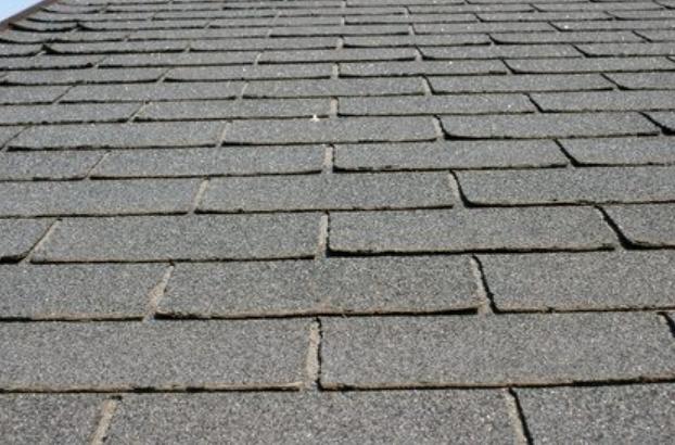 Zwart dak van asfalt